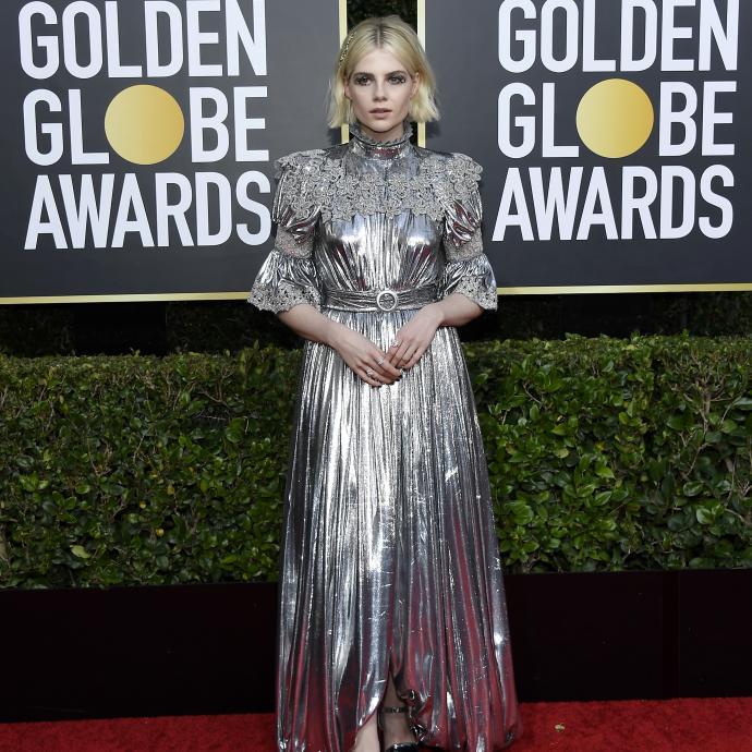 L'actrice Lucy Boynton vêtue d'une robe Louis Vuitton sur mesure en soie et velours brodée de perles de verre.