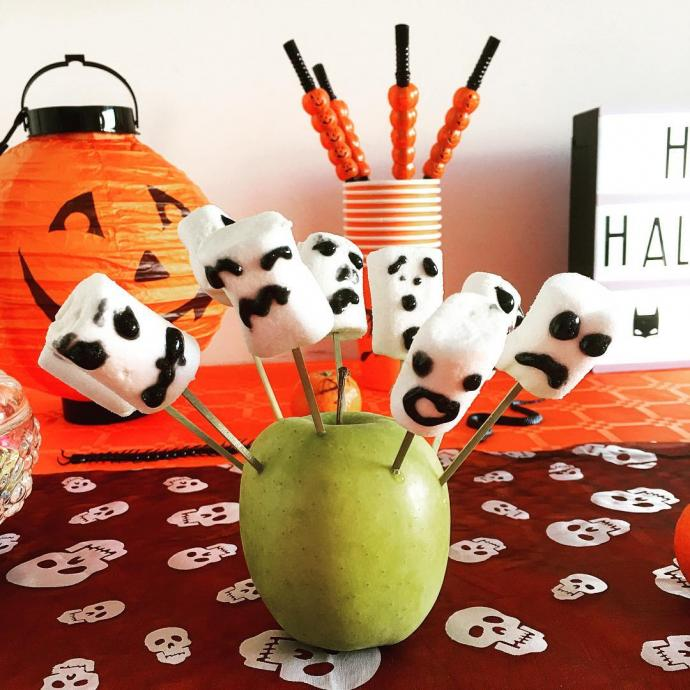 """<strong>Ingr&eacute;dients </strong>: 1 paquet de Chamallow blanc et 1/2 tablettes de chocolat noir. <em>Retrouvez la recette compl&egrave;te <a href=""""http://www.momes.net/Recettes/Desserts-et-gouters/Bonbons-et-sucreries/Les-bonbons-d-Halloween"""">ici</a>.</em>"""