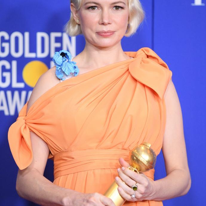 Ambassadrice, Michelle Williams, qui a remporté le Golden Globe de la meilleure actrice dans une série limitée, s'est présentée sur le tapis rouge dans une robe en soie faite sur mesure signée Louis Vuitton.