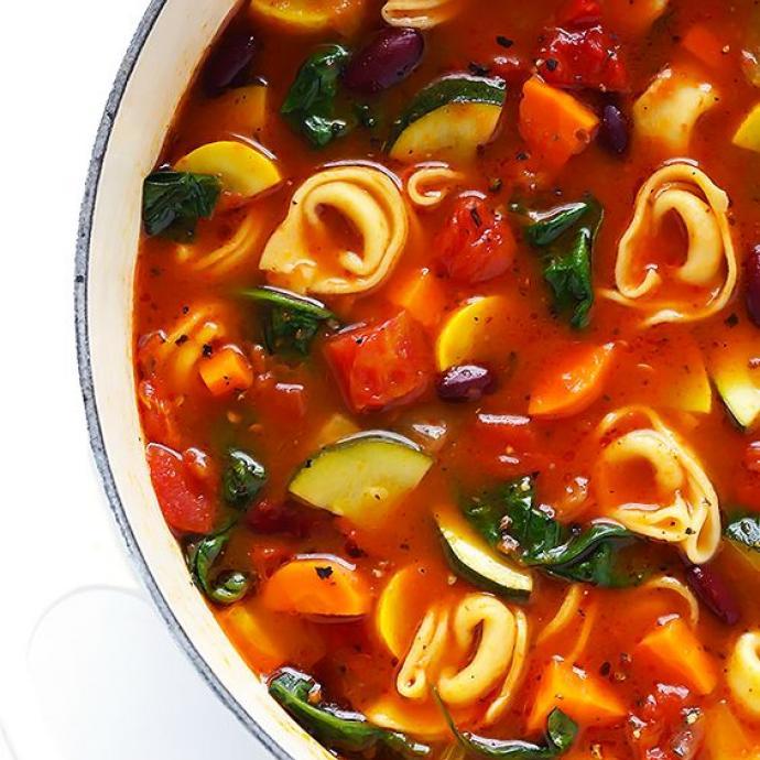 """Ingr&eacute;dients : 2 carottes - 2 branches de c&eacute;leri - 3 gousses d&#39;ail - 2 boites de tomates pel&eacute;es - 1 oignon blanc - 1 courge jaune - 1 courgette - 4 tasses de bouillon de l&eacute;gumes - 1/4 de concentr&eacute; de tomates - quelques feuilles d&#39;&eacute;pinards -&nbsp; des tortellini. <em>Retrouvez la recette compl&egrave;te <a href=""""https://www.pinterest.fr/pin/85779567883098180/"""" target=""""_blank"""">ici</a>.&nbsp;</em>"""