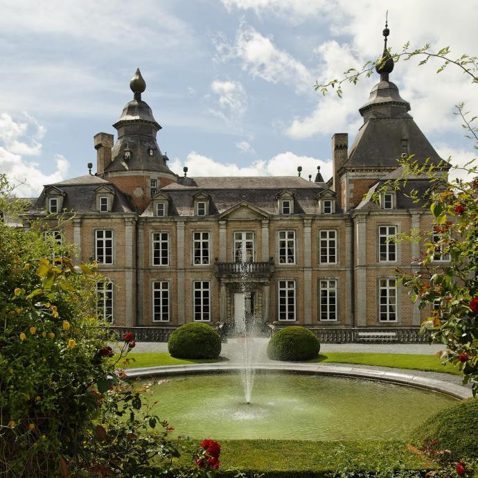 """Non loin de Huy, cette b&acirc;tisse class&eacute;e au Patrimoine majeur de Wallonie, offre un magnifique panorama sur le Condroz. A voir : ses magnifiques jardins et son parc &agrave; la fran&ccedil;aise, avec ses parterres de roses. <a href=""""http://www.modave-castle.be/"""" target=""""_blank"""">Plus d&#39;infos ici</a> <em>(Photo Belga)</em>&nbsp;&nbsp;"""