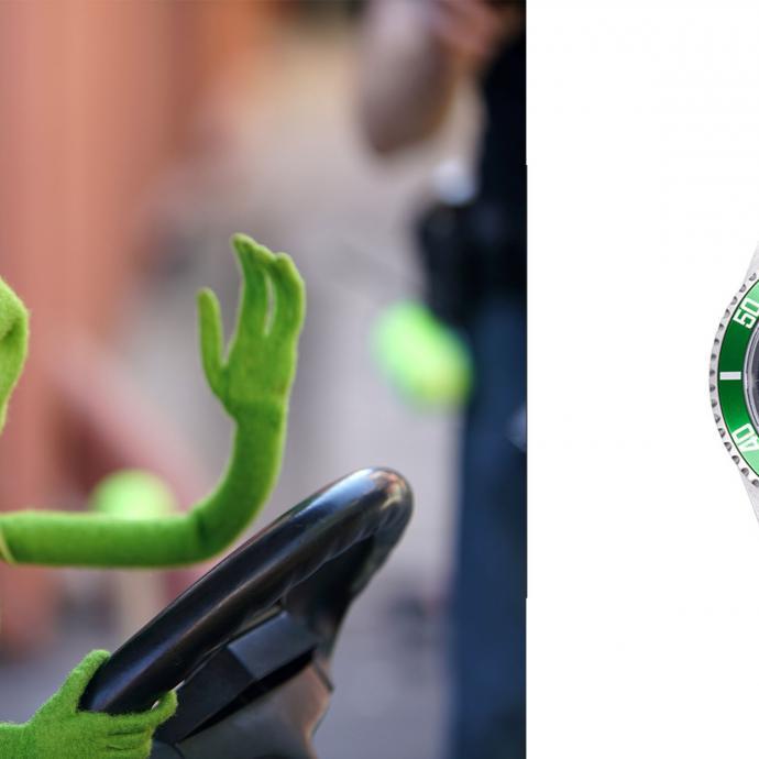 """L'utilisation de la couleur verte, présente dans les racines de l'horloger, se fait avec parcimonie chez Rolex, à savoir uniquement pour des éditions spéciales ou pour les montres anniversaires. C'est à cette occasion que la """"Kermit"""", à savoir la Rolex Submariner 16610LV, vit le jour en 2003 pour le 50e anniversaire du modèle. Pourquoi Kermit ? À cause de son cadran noir et de sa lunette verte qui rappelle les yeux globuleux de la grenouille. Depuis que sa production s'est arrêtée en 2010, sa valeur ne cesse d'augmenter, surtout si elle est toujours en bon état."""