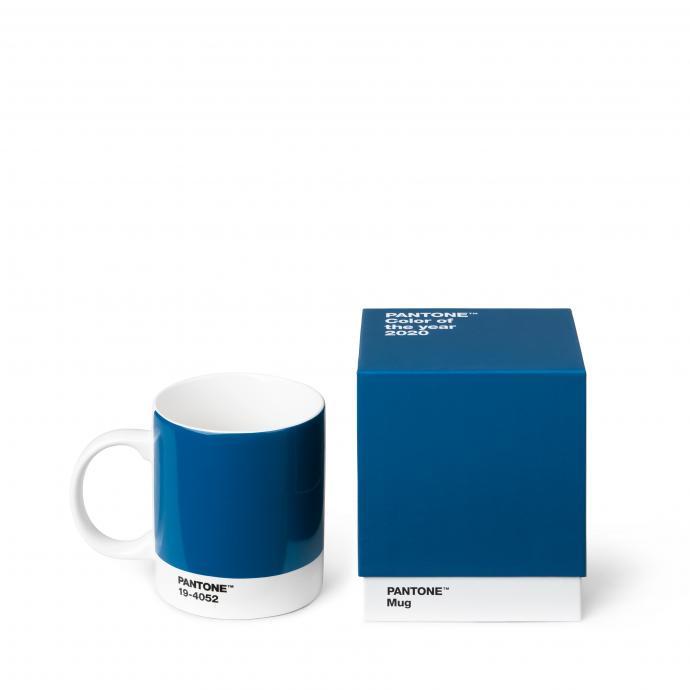 """Mug Pantone Classic Blue, Copenhagen Design pour Pantone, 16 euros.&nbsp;&Agrave; shopper sur ce <a href=""""https://copenhagen.design/product/mug/pantone-mug-19-4052-classic-blue/"""" target=""""_blank"""">site</a>."""