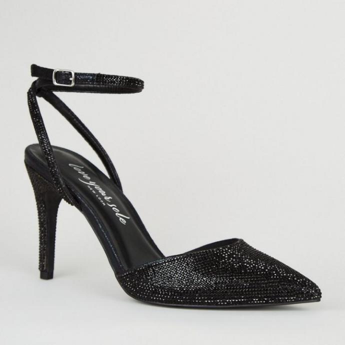 """Disponible<a href=""""https://www.newlook.com/fr/femme/chaussures-et-bottes/chaussures/escarpins-noirs-pointus-%C3%A0-deux-parties-et-%C3%A0-pierres/p/639828901?comp=Browse"""" target=""""_blank""""> ici</a>"""