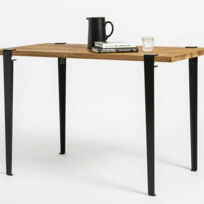 La table Tiptoeavec plateau en chêne recyclé