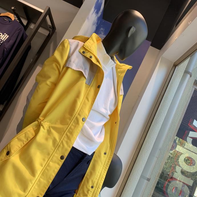 La parka parfaite, en jaune vif, on adore, chez <strong>O&rsquo;Neill</strong>, <em>53&euro;</em>