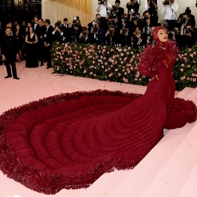 La rappeuse américaine Cardi B est apparue dans une très longue et encombrante robe rouge signée Thom Browne