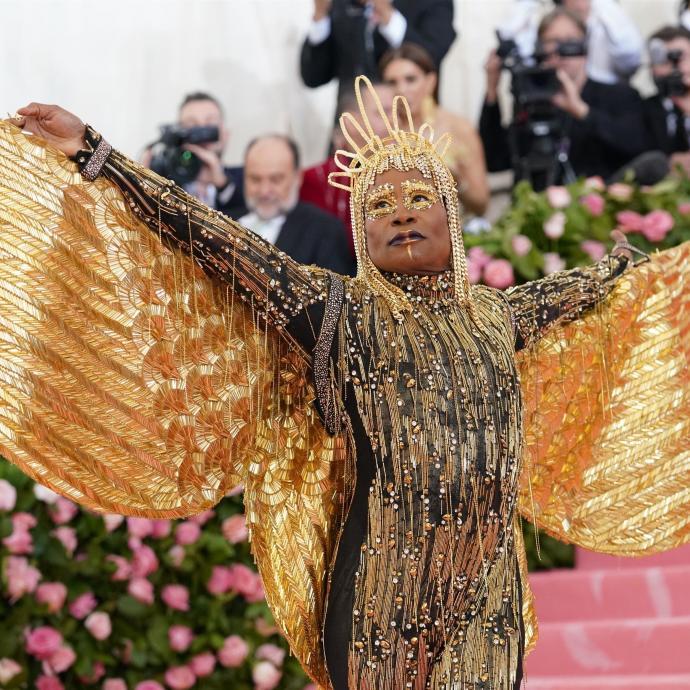 Billy Porter a quant à lui fait une arrivée remarquée dans une tenue made by The Blonds avec ailes, un casque en or de 24 carats et enfin des chaussures Giuseppe Zanotti (en or également), et des bijoux Oscar Heyman