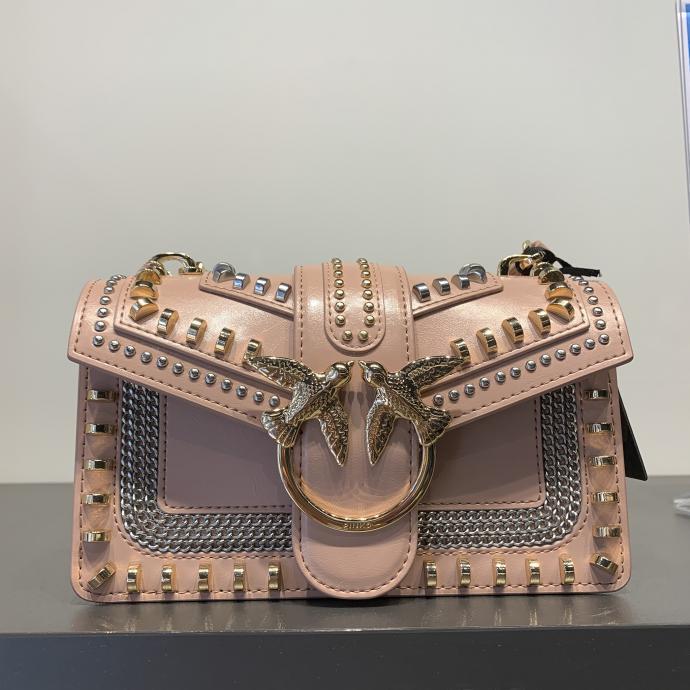 Le petit sac clout&eacute;, irr&eacute;sistible en rose poudr&eacute;, chez <strong>Pinko</strong>, <em>235&euro;</em>