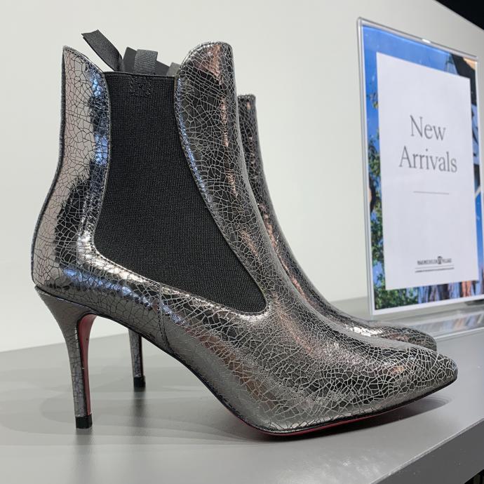 La chelsea boot, dans une version argent craquel&eacute;, chez <strong>Pinko</strong>, <em>195&euro;</em>