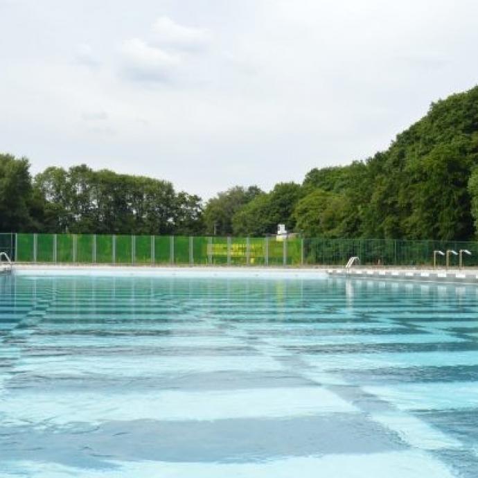 """Une institution carolo dans un vaste espace boisée (terrains de tennis, espace de pèche et sentiers de promenades à proximité) ! L'établissement aquatique est ouvert tous les jours de 10 h 30 à 19 h, et compte notamment une piscine de 50 m, une pataugeoire, une fosse à plongeons… Infos: <a href=""""http://www.loverval.be"""">www.loverval.be</a>"""