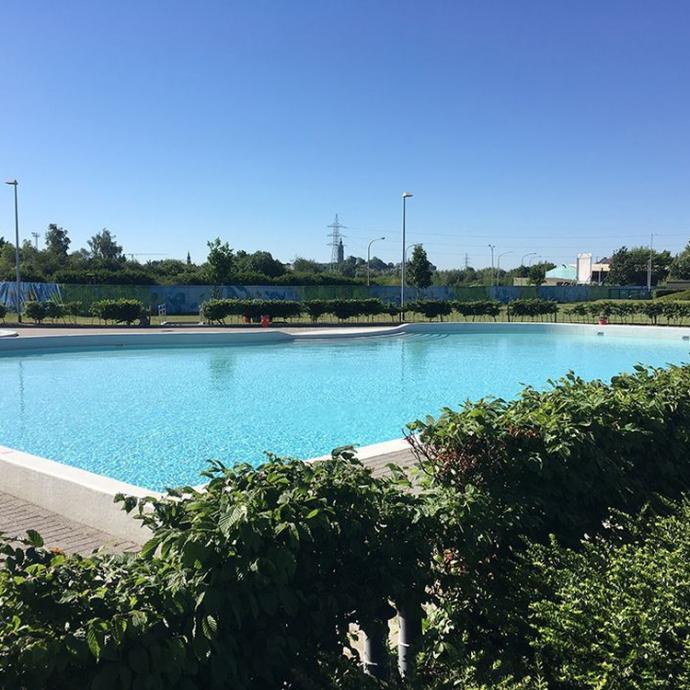 """Le centre aquatique dispose de plusieurs piscines, dont une piscine et une pataugeoire extérieures chauffées à 29 degrés, accessibles en été de 11 h 15 à 20 h. Et si le temps se couvre, pas de souci : il suffit de retourner à l'intérieur et profiter de toutes les installations à disposition.<br />Infos: <a href=""""http://www.lago.be/mons"""">www.lago.be/mons</a>"""