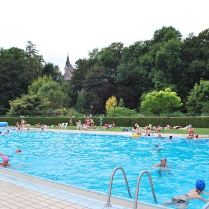 """Le Parc des Roches, c'est un écrin de verdure où aller passer une journée en famille, qui regroupe un mini-golf, des terrains de tennis, une plaine de jeux et… une piscine en plein air chauffée, ouverte jusqu'au 31 août, de 10 h à 19 h ! Infos: <a href=""""http://www.rochefort.be"""">www.rochefort.be</a>"""