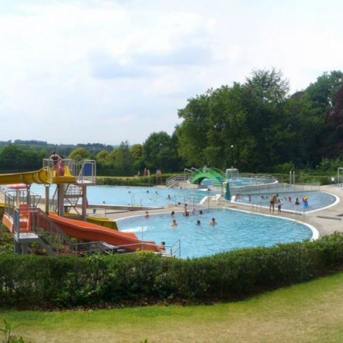 """Un vaste domaine provincial avec des sentiers de balades et des aires de jeux. La piscine en plein air est ouverte jusqu'au 15 septembre, de 11 h  à 18 h. A noter que l'accès au domaine est payant, et que le prix d'entrée ne comprend pas l'accès à la piscine. Infos: <a href=""""http://www.vlaamsbrabant.be"""">www.vlaamsbrabant.be</a>"""