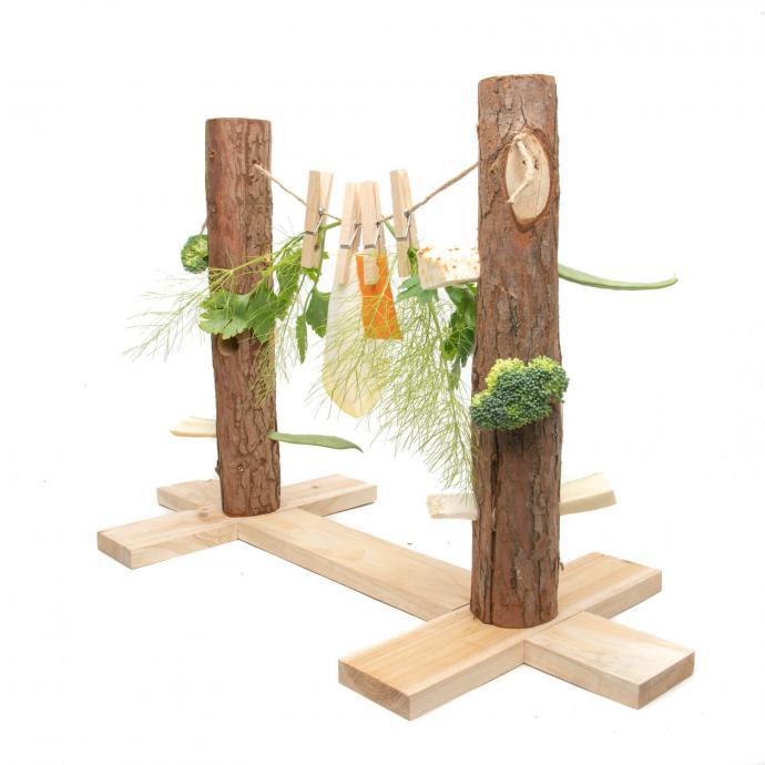 Amusez votre cochon d'Inde ou votre lapin avec un pont construit en bois qui fait office de jeu. Ce jouet ludique permettra à votre animal de stimuler son intelligence tout en mangeant. Vous pouvez suspendre des légumes ou les mettre dans les trous cachés dans les rondins.