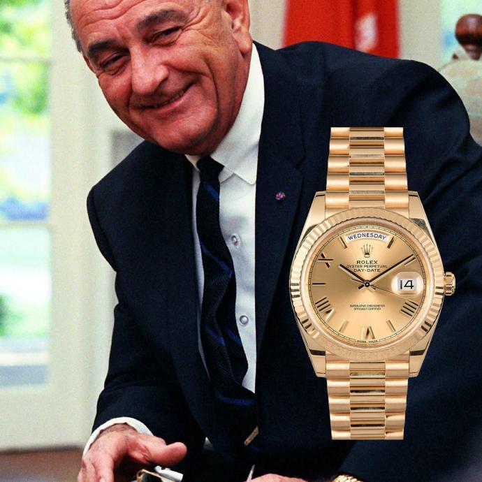 """Produite en 1956, c'est la première montre qui permit d'afficher à la fois la date et le jour dans deux fenêtres différentes. Une complication encore jamais vue auparavant chez Rolex. Disponible uniquement en or 18k, elle sut séduire un beau nombre d'hommes politiques, et c'est la première hypothèse pour évoquer son surnom. Une autre avance que c'est à cause du fait qu'elle soit montée sur le célèbre bracelet jubilé """"President"""" de l'horloger. La rumeur dit aussi qu'un lingot d'or était nécessaire à sa fabrication. Une montre de prestige, donc."""