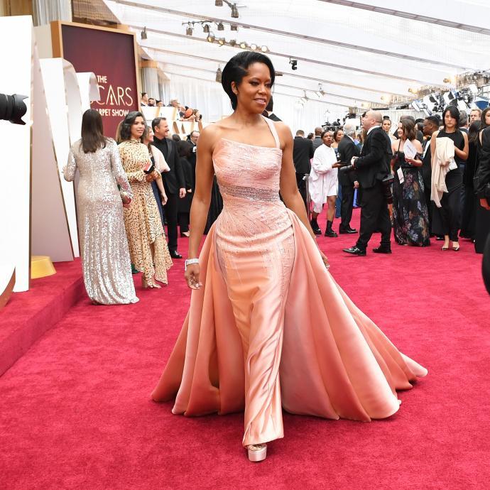 Regina King portait une robe rose pâle de Atelier Versace.