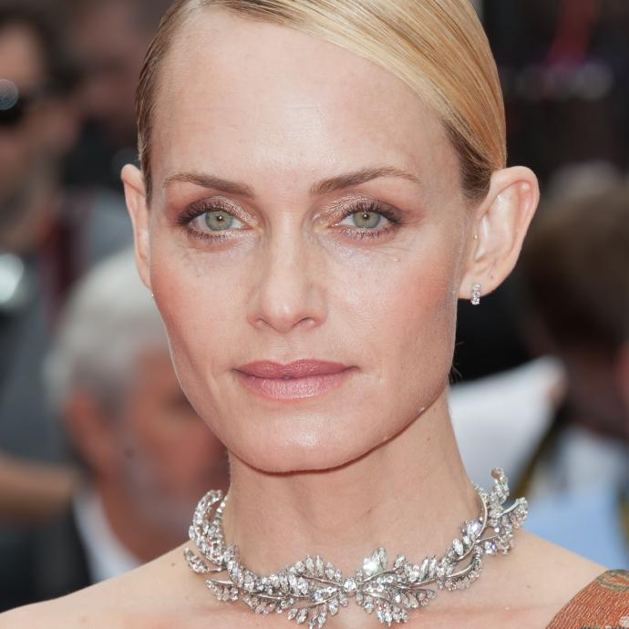 La mannequin et actrice américaine Amber Valletta en bijoux Mulberry à la montée des marches du film « Wonderstruck ».