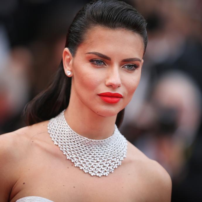 La mannequin brésilienne Adriana Lima en bijoux Chopard à la montée des marches du film « Loveless ».