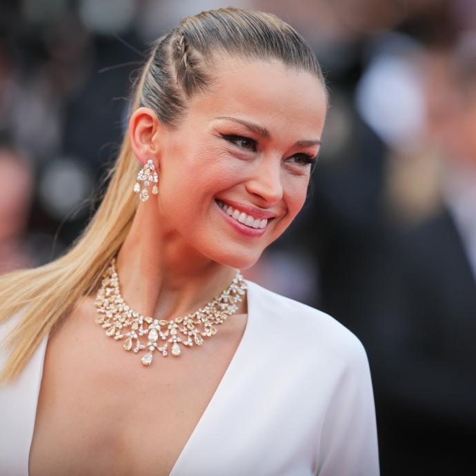 La mannequin et actrice de télévision tchèque Petra Nemcova en bijoux Chopard à la montée des marches du film « Nelyubov».