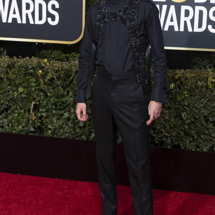 Dans une tenue Louis Vuitton, Timothée Chalamet a fait mouche lors de la cérémonie des Golden Globes, osant même un harnais à sequin brillant sur une chemise noire et un pantalon noir.