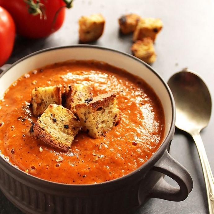 """Ingr&eacute;dients : 2 gros poivrons rouges - 6 gousses d&#39;ail - 6 tomates - 1 oignon blanc - 2 c&agrave;c de vinaigre de vin rouge - sel &amp; poivre. <em>Retrouvez la recette compl&egrave;te <a href=""""https://www.pinterest.fr/pin/485474034832402392/"""" target=""""_blank"""">ici.</a>&nbsp;</em>"""