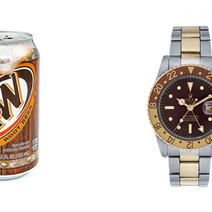 """Si la référence ne nous saute pas aux yeux, à nous Européens, c'est parce que l'A&W Root Beer est un soda populaire au Canada. Cette GMT-Master arbore en effet un cadran, une lunette, mais aussi des aiguilles (index) de la même couleur que le logo et le packaging de celui-ci. Elle est aussi connue sous le qualificatif """"Clint Eastwood"""", en référence au film de 1993. Dans la ligne de mire dans lequel il la portait au poignet. Les tons brunâtres (mélange d'or, d'acier et de bronze), qui inspirent classe et virilité selon certains, ont surpris les amateurs de l'époque, mais ont vite été adoptés par l'acteur."""