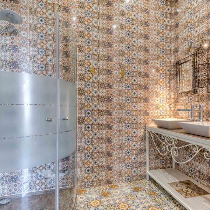 La salle de bain attenant à la chambre de luxe