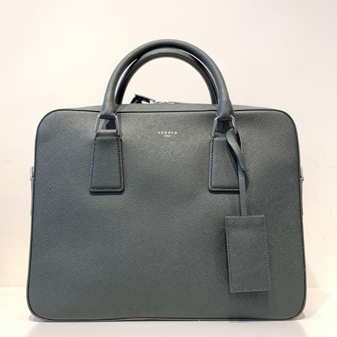 Le laptop bag en bleu jean, original, chez <strong>Sandro</strong>, <em>179&euro;</em>