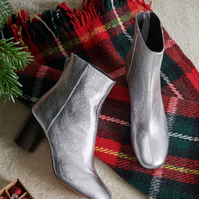 "Disponible <a href=""https://fr.sandro-paris.com/fr/femme/chaussures/toutes-les-chaussures/bottines-en-cuir-metallise/SFACH00258.html?dwvar_SFACH00258_color=201#q=bottines&amp;start=1"" target=""_blank"">ici</a>"