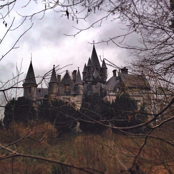"""Ancien orphelinat situé dans la province de Namur, ce dernier est laissé à l'abandon depuis les années nonante. Durant la nuit, une femme vêtue d'une tenue blanche ferait le tour du château pour le """"surveiller"""" ! Sile château a depuis été démoli, il ne subsiste à présent plus que la base de sa tour, mais le lieu reste néanmoins chargé de mystères."""