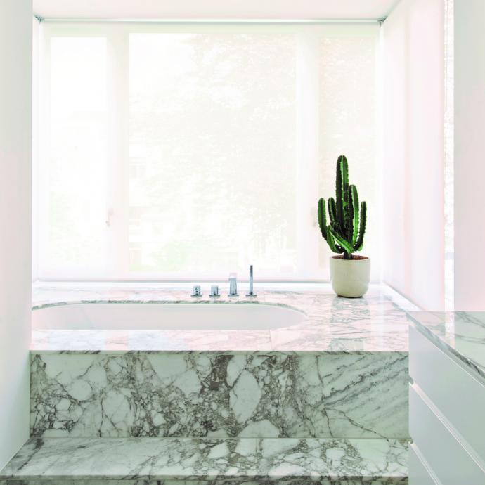Encadrée d'un bow-window, la situation du bain est magnifique. Vêtue de marbre, la salle de bains et de douche est élégante et pure.