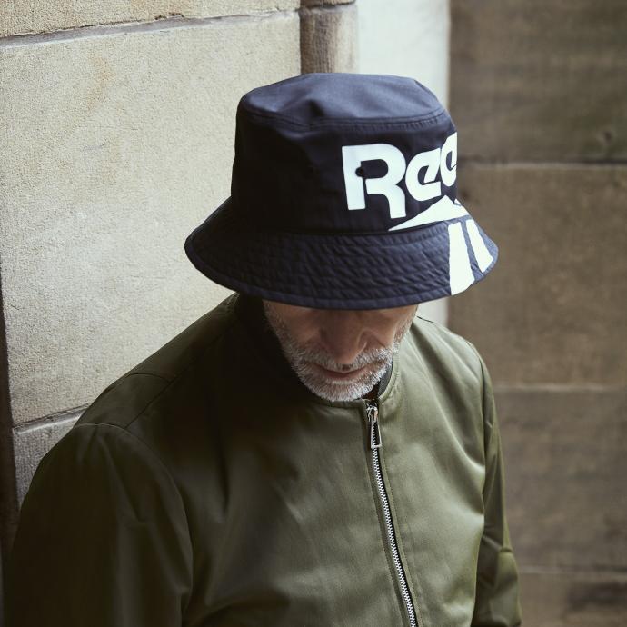 Non, ce n'est pas un couvre-chef de rapeur, les accessoires années 80 font leur comeback, on ose ! Bob marine avec logo, Reebok by Zalando, 27,95 €. Bomber kaki, PS By Paul Smith, 389,95 €.