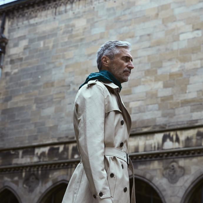 Indétrônable pièce du vestiaire masculin et inévitable indispensable de tout résident belge, le trench ne prend pas une ride. Trench beige ceinturé, WE, 139,99 €. Blouson à capuche vert bouteille, Adidas, 64,95 €.