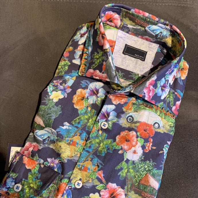 La chemise &agrave; fleurs, pour prolonger un peu l&rsquo;&eacute;t&eacute;, chez <strong>Soci3ty</strong>, <em>79.95&euro;</em>