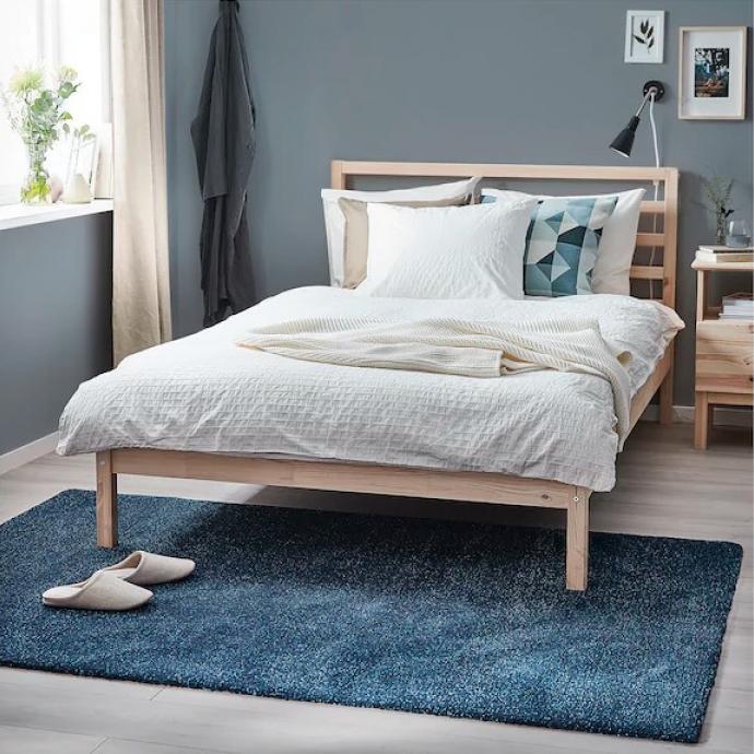 "Tapis Tyvelse &agrave; poils ras, IKEA, 79,99 euros.&nbsp;&Agrave;&nbsp;&nbsp;d&eacute;nicher <a href=""https://www.ikea.com/be/fr/p/tyvelse-tapis-poils-ras-bleu-fonce-50429551/"" target=""_blank"">ici</a>!&nbsp;"