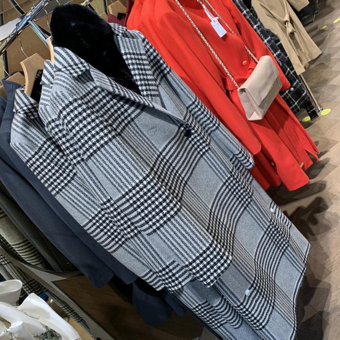 Le manteau &agrave; carreaux, l&rsquo;indispensable, chez <strong>Ted Baker</strong>, <em>269&euro;</em>