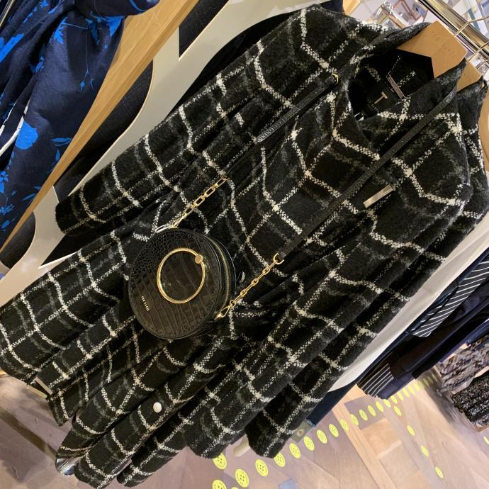 Le manteau noir et blanc ceintur&eacute;, en tweed, chez <strong>Ted Baker</strong>, <em>269&euro;</em>