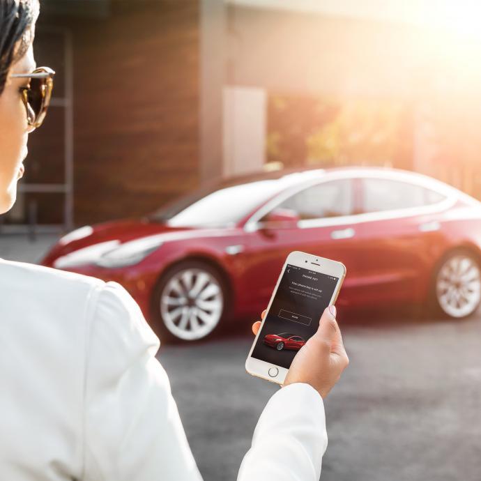 Pour prendre possession de la Tesla Model 3, aucune clé n'est nécessaire. Un Smartphone et l'application dédiée à la berline font désormais l'affaire.