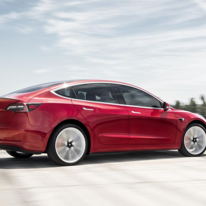 Avec sa berline Model 3, Tesla ne propose pas une Model S une taille en dessous. Cette berline a sa propre personnalité, avec une ligne aussi sportive que celle de sa grande sœur.