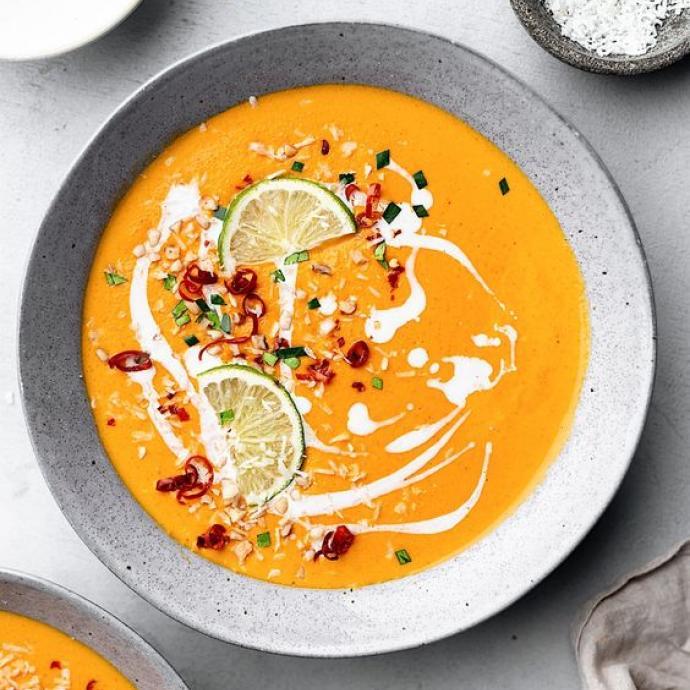 """Ingr&eacute;dients : 500 g de carottes - 4 gousses d&#39;ail - gingembre frais - 1 citron vert - quelques cacahu&egrave;tes - 1 oignon rouge - 1 patate douce - 1 boite de lait de coco - p&acirc;te de curry rouge. <em>Retrouvez la recette compl&egrave;te <a href=""""https://www.pinterest.fr/pin/519391769524380076/"""" target=""""_blank"""">ici</a>.&nbsp;</em>"""