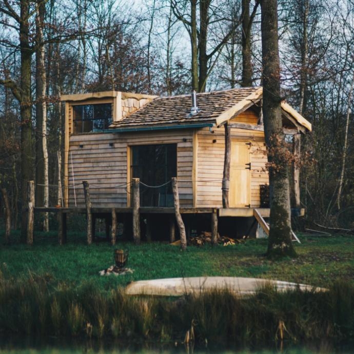 """A c&ocirc;t&eacute; du petit village d&rsquo;Houwaart, &agrave; 25 minutes de Bruxelles, <a href=""""http://theforest.be"""" target=""""_blank"""">The Forest</a> propose des nuit&eacute;es pour deux personnes dans un chalet &eacute;coresponsable confortablement am&eacute;nag&eacute; en bord de lac."""