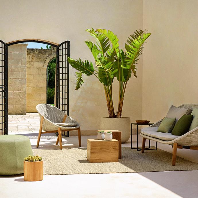 La marque belge Tribù propose la ligne Elio : fauteuils et chaises quisubliment le mélange du teck, d'un tissu high-tech et d'un subtil tressage en fibre qui résisteront à tous les climats.