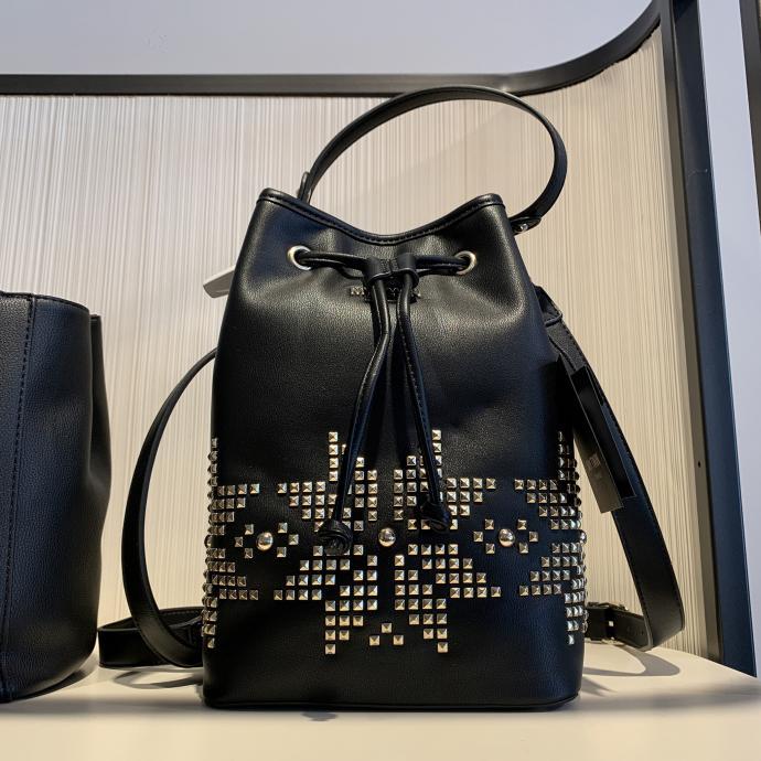 Le sac bourse clout&eacute; en cuir noir, un nouveau classique, chez <strong>Twin Set</strong>, <em>128&euro;</em>