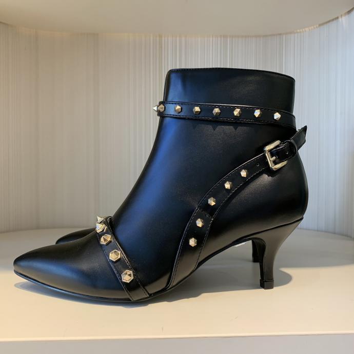 Les boots clout&eacute;es &agrave; petit talon, &agrave; porter tous les jours, chez <strong>Twin Set</strong>, <em>116&euro;</em>
