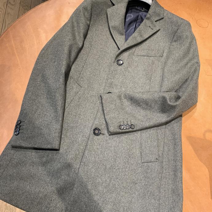 Le manteau d&rsquo;homme droit, vert de gris, coupe impeccable, chez <strong>Van Gils</strong>, <em>149&euro;</em>