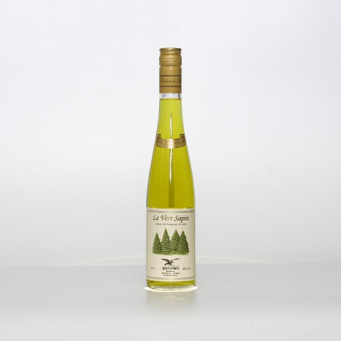 Pépite du Jura, cette liqueur inventée par Armand Guy est une spécialité de Pontarlier. À base de bourgeons de sapin du HautDoubs, elle vous plonge dans une forêt de conifères franc-comtoise. À déguster en digestif ou en grog (sucre et eau frémissante) après un café.