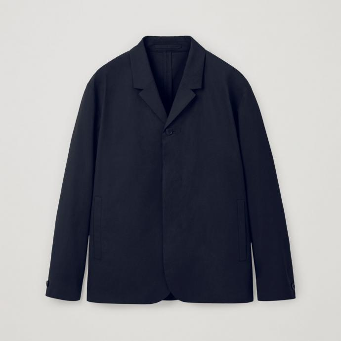 Veste de costume bleu marine, coupe ample, COS, 139€.