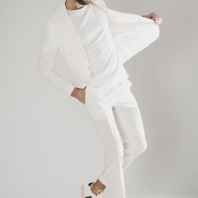 <strong>Le blanc est la couleur de l&rsquo;&eacute;t&eacute;&nbsp;</strong><br />T-shirt blanc col rond, Samsoe Samsoe, 69&euro;.<br />Veste Hugo, 349&euro;.<br />Pantalon Hugo, 149,95&euro;.<br />Bracelet en or blanc Clou de Cartier, 7300&euro;.
