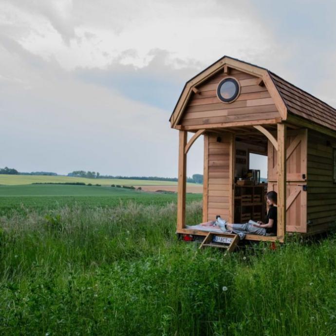 """Plac&eacute;e au milieu d&rsquo;un champ &agrave; Vieusart, un petit village de Chaumont-Gistoux, cette petite maison de bois est id&eacute;ale pour accueillir deux personnes voulant se reconnecter &agrave; la nature. <a href=""""http://wildernest.be"""" target=""""_blank"""">Plus d&#39;infos ici.</a>"""